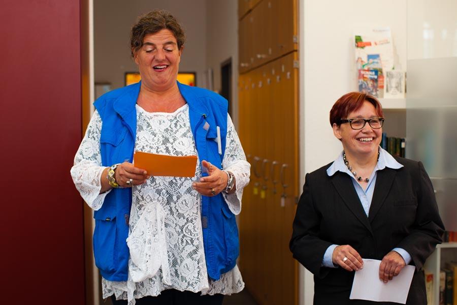 Startschuss: Corinna Rindle, Leitung der Bahnhofsmission Köln und Schirmfrau Dr. Regina Börschel (v.l.)